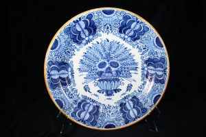 B03011 – Royal Tichelaar wall plate with peacock feather décor