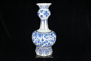 A01003 – Gorgeous Royal Delft blue and white ribbed knob...