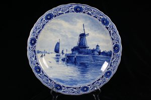 C07004 – Royal Delft wall plate in blue and white...