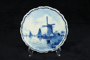 G11006 – Small earthenware wall plate by Royal Delft in...